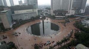 Kondisi Bundaran Hotel Indonesia saat dikepung banjir, Kamis (17/1). Foto : Reuters