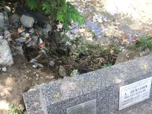 salah satu makam yang hampir amblas terbawa tanah longsor. foto : pewarta-indonesia.com