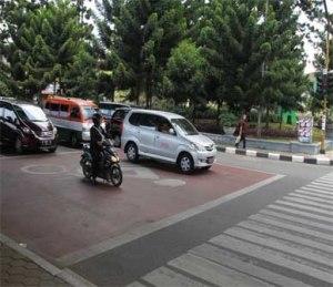 Kalau ada mobil berhenti kaya begini terialki !, ruas jalan berwarna merah ini khusus untuk motor !